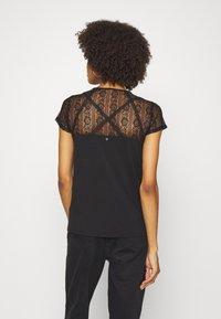 Guess - A$AP ROCKY LOUISE - T-shirts med print - jet black - 2
