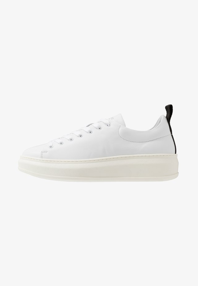 CLUB TECH FLAT - Sneakers - white/black