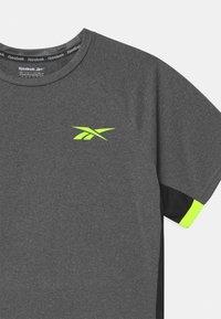 Reebok - CATIONIC UNISEX - Print T-shirt - asphalt - 2