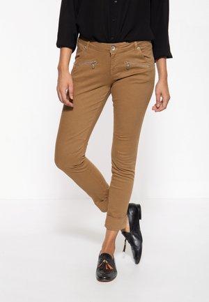 LOLA - Slim fit jeans - ocker