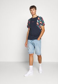 Jack & Jones - JORGRAHAM TEE  - Camiseta estampada - navy blazer - 1