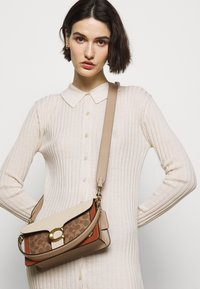 Coach - SIGNATURE TABBY SHOULDER BAG - Handbag - tan/ivory - 1