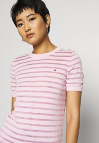 Tommy Hilfiger - BALLOU - Print T-shirt - frosted pink - 3