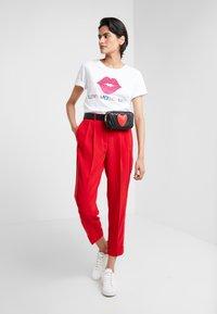 Love Moschino - GLITTER LIP - Print T-shirt - optical white - 1