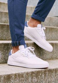 adidas Golf - ADICROSS RETRO - Golfschoenen - footwear white/silver metallic/tech indigo - 4