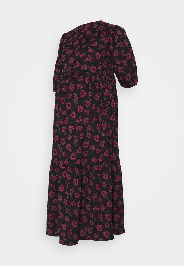 ANNA FLORAL CHUCK ON CRINKLE TIER MIDI - Robe d'été - black/pink