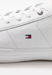 Tommy Hilfiger - CORE CORPORATE FLAG  - Sneakers - white - 6