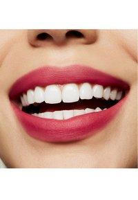 MAC - POWDER KISS LIQUID LIPCOLOUR - Liquid lipstick - billion $ smile - 2