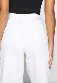 Missguided Petite - RIOT HIGHWAIST PLAIN MOM - Relaxed fit jeans - white - 4