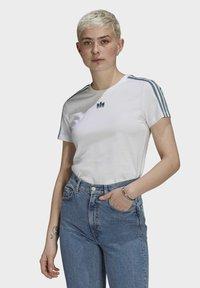 adidas Originals - T-shirt z nadrukiem - white - 0