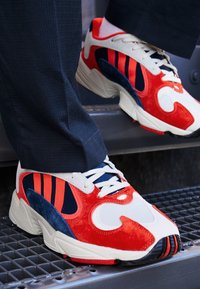 adidas Originals - YUNG-1 TORSION SYSTEM RUNNING-STYLE SHOES - Zapatillas - white/core black/collegiate navy - 7