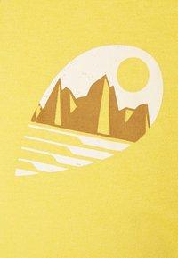 Patagonia - TUBE VIEW - Print T-shirt - mountain yellow - 2