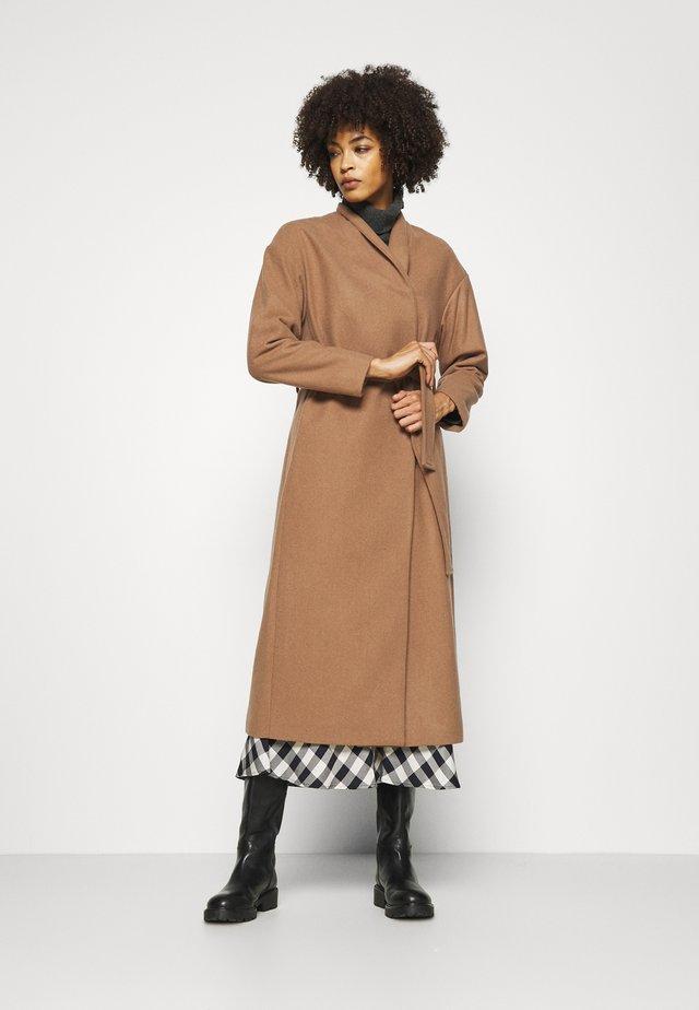 ZAHRA COAT - Cappotto classico - camel