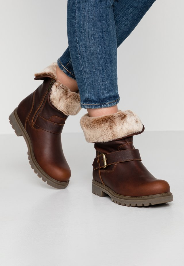 SINGAPUR - Winter boots - chestnut