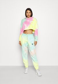 Missguided - TIE DYE CROPPED OVERSIZE HOODIE - Jersey con capucha - multi-coloured - 1