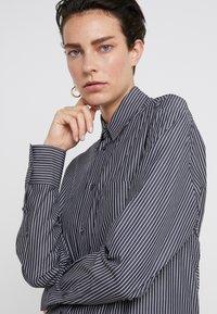 MM6 Maison Margiela - Maxi šaty - black/white - 3