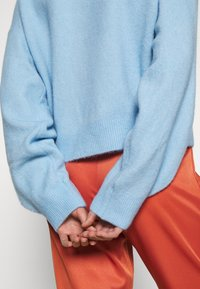 Weekday - AGGIE  - Sweter - light blue - 5