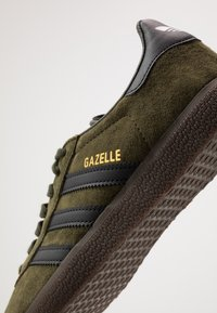 adidas Originals - GAZELLE - Baskets basses - night cargo/core black - 5