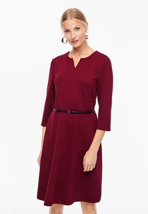 MIT GÜRTEL - Jersey dress - bordeaux