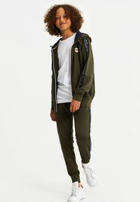WE Fashion - Tracksuit bottoms - army green - 2
