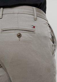 Tommy Hilfiger - BLEECKER FLEX  - Pantalon classique - grey - 5