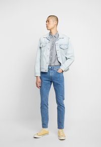 Levi's® - VINTAGE FIT TRUCKER UNISEX - Chaqueta vaquera - light-blue denim