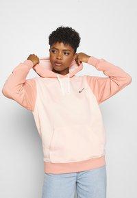 Nike Sportswear - HOODIE - Hoodie - washed coral - 0
