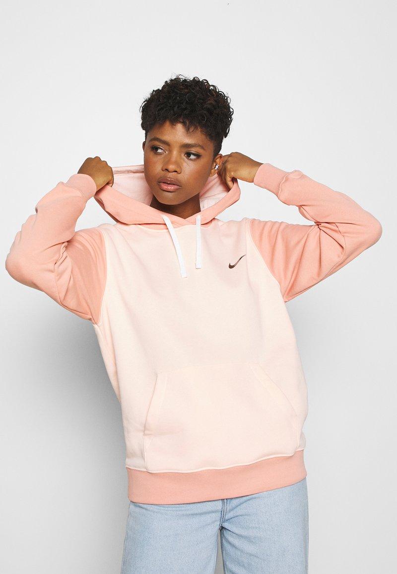 Nike Sportswear - HOODIE - Hoodie - washed coral