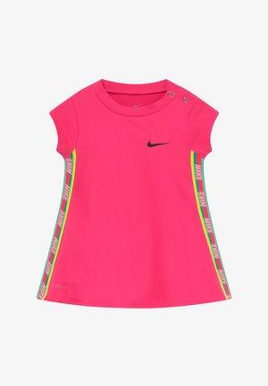 RAINBOW TAPING BABY - Vestido ligero - hyper pink