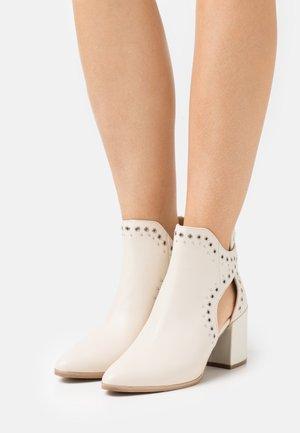 JASTINA - Boots à talons - bone