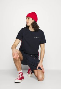 CLOSURE London - TAPED SCRIPT TEE SHORT TWINSET SET - Print T-shirt - navy - 3