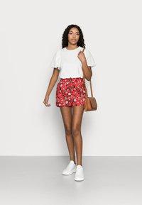 Vero Moda Petite - VMSIMPLY EASY - Shorts - goji berry/lotte - 1