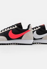 Nike Sportswear - AIR TAILWIND 79 UNISEX - Tenisky - black/flash crimson/light bone/white - 5