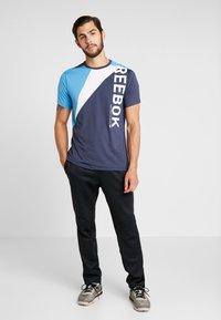 Reebok - OST BLOCKED TEE - T-shirt z nadrukiem - dark blue - 1