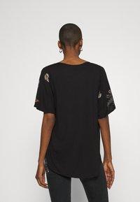 Desigual - GABI - T-shirts med print - black - 2