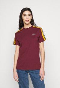Fila Tall - TANDY TEE - T-shirt print - tawny port/orange popsicle - 0
