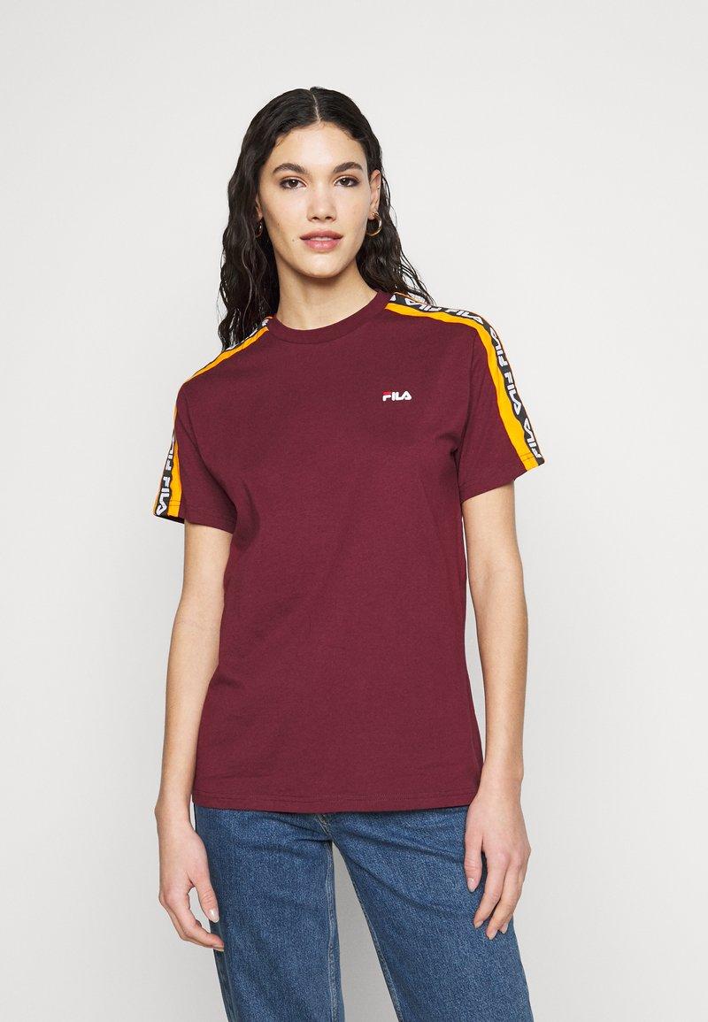 Fila Tall - TANDY TEE - T-shirt print - tawny port/orange popsicle