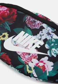 Nike Sportswear - SPORTSWEAR HERITAGE - Rumpetaske - black/sail - 3