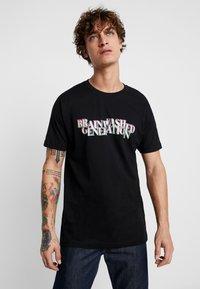 Mister Tee - BRAINWASHED GENERATION TEE - T-shirt med print - black - 0