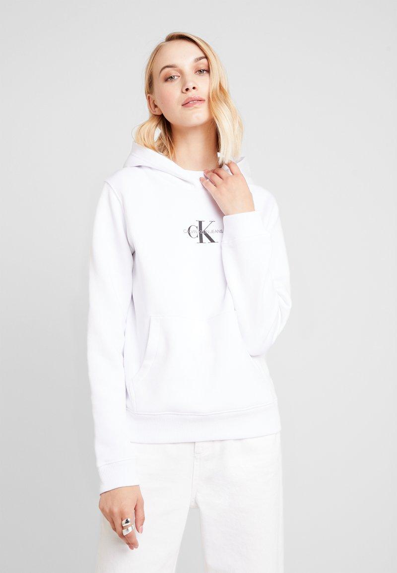 Calvin Klein Jeans - MONOGRAM BOXY HOODIE - Mikina skapucí - bright white