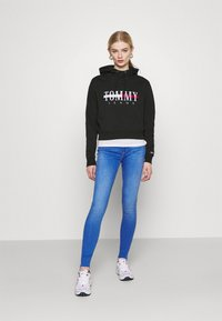 Tommy Jeans - RELAXED CROP LOGO HOODIE - Sweatshirt - black - 1