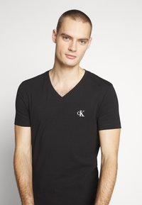 Calvin Klein Jeans - ESSENTIAL V NECK TEE - T-shirt basic - ck black - 4