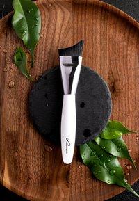 Luvia Cosmetics - MOISTURIZER BRUSH - Skincare tool - - - 4