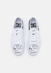 DC Shoes - BASQ MANUAL - Matalavartiset tennarit - white/black - 3