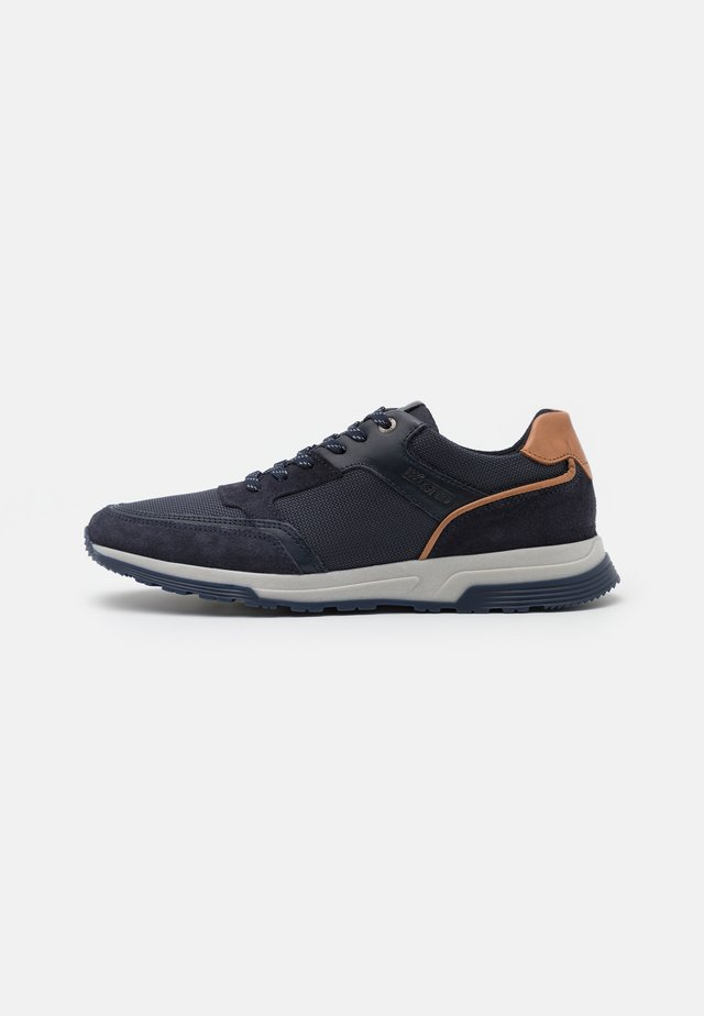 DAYMAN - Trainers - navy/cognac