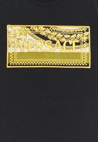 Versace - SHORT SLEEVES BAROQUE MOSAIC KIDS UNISEX - Print T-shirt - black/black/gold - 2