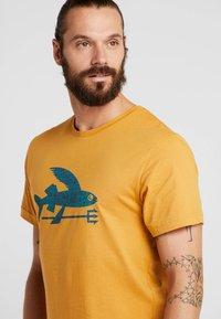 Patagonia - FLYING FISH - T-shirt med print - glyph gold - 4