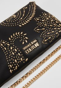 Versace Jeans Couture - CHAIN WALLET POUCH PAISLEY STUD - Clutch - nero - 3