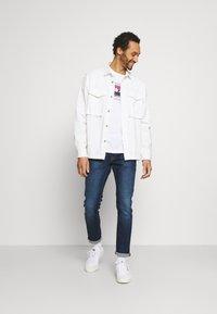 Jack & Jones - JORBOOSTER TEE CREW NECK - T-shirt z nadrukiem - white - 1