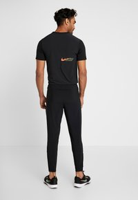 Nike Performance - ESSENTIAL PANT - Pantalon de survêtement - black/reflective silver - 2